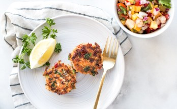Grain-free paleo salmon cakes that make a perfectly delicious appetizer or meal on their own. Instructions for both using leftover fresh salmon or canned. Click for recipe! | www.honestlynourished.com
