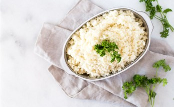 Whether you're looking to lighten up your meals or add more vegetables to your diet, low-carb and paleo-friendly cauliflower rice is a healthy alternative. This recipe makes a perfectly textured rice with no mushiness! | via Honestly Nourished
