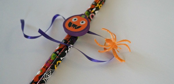 Loving the Spooky Spider Ring on these DIY Halloween Pencil Favors