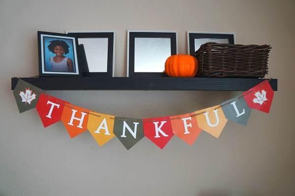 DIY decorations for Thanksgiving free printable THANKFUL banner