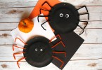 Cute paper plate Halloween craft - make these fun paper spiders with pipe cleaners