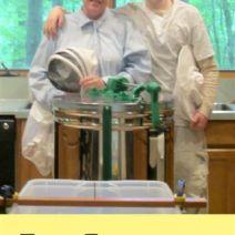 Kerry Britt e figlio estraggono il loro primo miele.  .  .  £ 70!