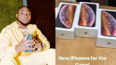 Photo of Singer Davido Purchases The Latest Iphone Xs For His Team