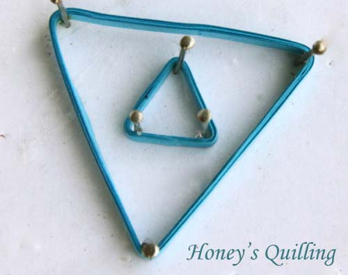 How to make double triangle paper quilling earrings - free tutorial from Honey's Quilling