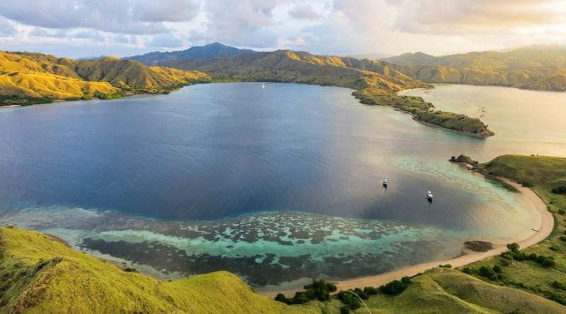 Horseshoe Bay komodo-indonesia-honeytrek-com