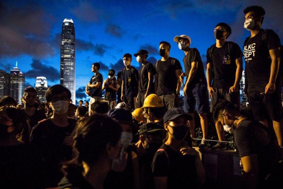 Defiance and voices protest Dale De La Rey