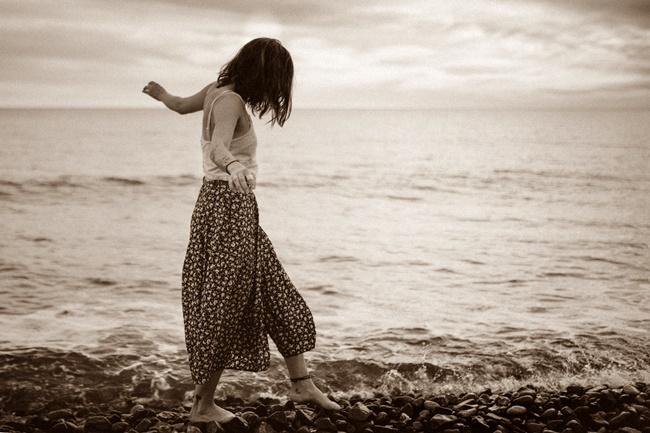 Eine Frau schreitet auf dem Fluss des Lebens
