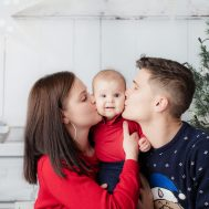 Familien Fotoshooting mit rotem Pullover