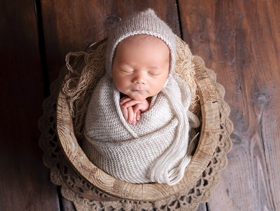 Baby Fotoshooting, mit 5 Tage altem Baby, in Holzschale