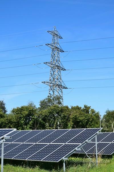 Zonnepanelen en een hoogspanningslijn bij Zwolle Harculo