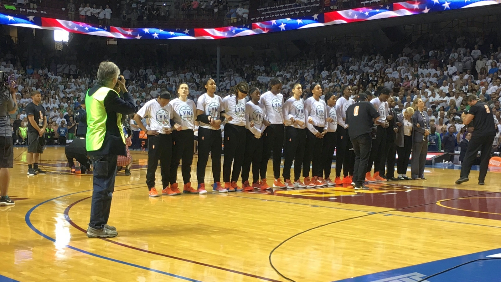 Los Angeles Sparks show solidarity with NFL players, WNBPA issues statement in support of team