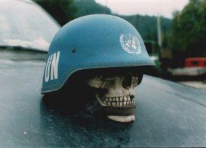 lobanja-ubijenog-bosnjaka-pod-plavom-kacigom