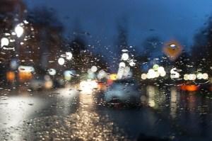 Regentropfen auf der Scheibe machen aus dem Licht verzerrte Punkte - Die pure Lust am Leben - Hope and Shine
