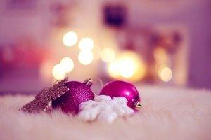 Pinke Christbaumkugeln schimmern - machen wir uns die Welt noch schöner