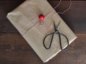 Paket in Packpapier eingepackt mit rotweißer Kordel - Ein bisschen Glitzer zu Weihnachten
