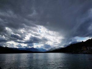 Dunkler Himmel mit Lichtstrahl am See - Wie tiefste Tiefen zum größten Gewinn werden