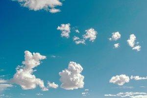 Die Wolken ziehen auf blauem Himmel - ich lasse mich