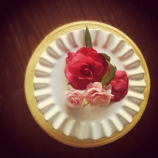 pink roses on cake plate