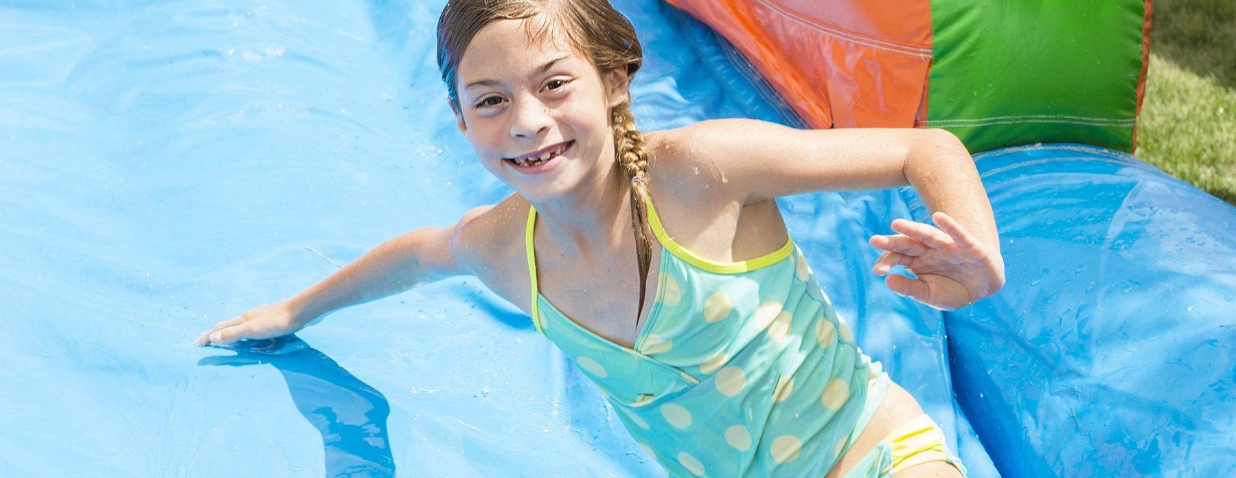 Bild Mädchen auf Hüpfburg mit Wasserrutsche