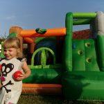 Mädchen spielt vor Hüpfburg Dumbo