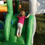kleines Mädchen klettert auf Hüpfburg Dumbo von Hopsi Hüpfburg Vermietung