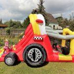 Hüpfburg Formel 1 von der Seite mit Kindern