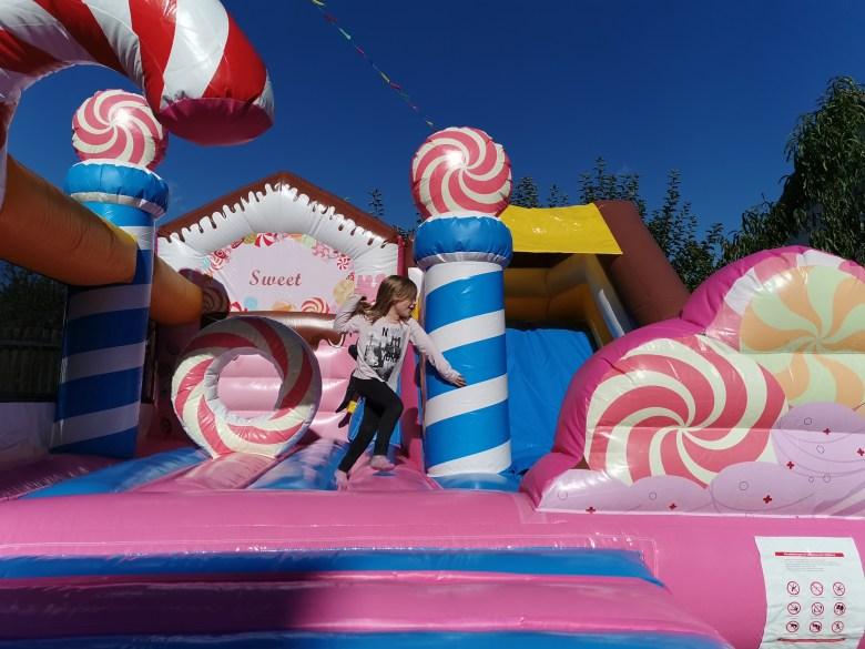Hüpfburg Candyland mit Mädchen