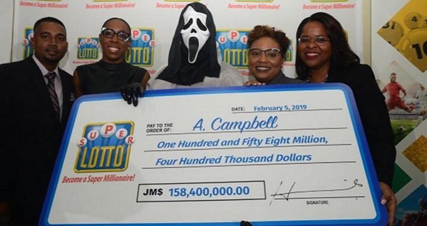 El ganador de la loteria de Jamaica recoge el premio con la mascara de Scream