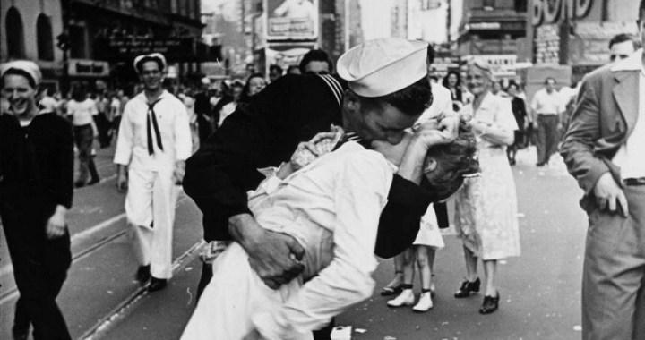 Muere el marinero de la foto del beso en Times Square al finalizar la II Guerra Mundial