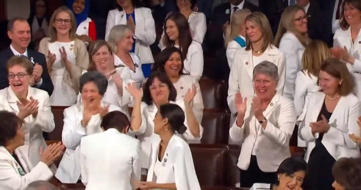 ¿Por qué las congresistas demócratas se vistieron de blanco para el discurso de Trump sobre el Estado de la Unión?