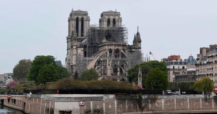 El incendio de Notre Dame se ha extinguido mientras los investigadores buscan la causa
