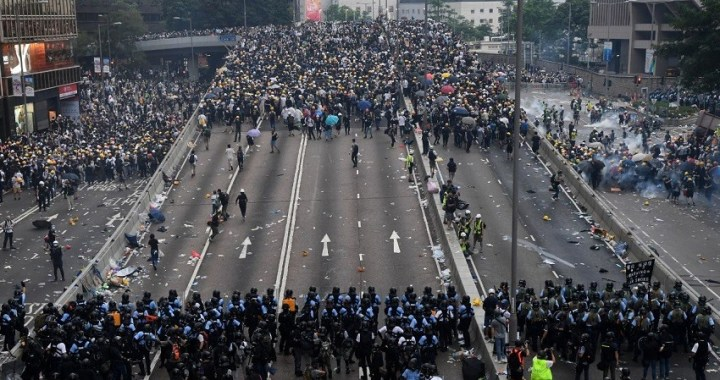 Hong Kong cierra oficinas gubernamentales tras la ola de disturbios