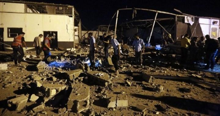Al menos 44 muertos tras un bombardeo en un centro de migrantes en Trípoli