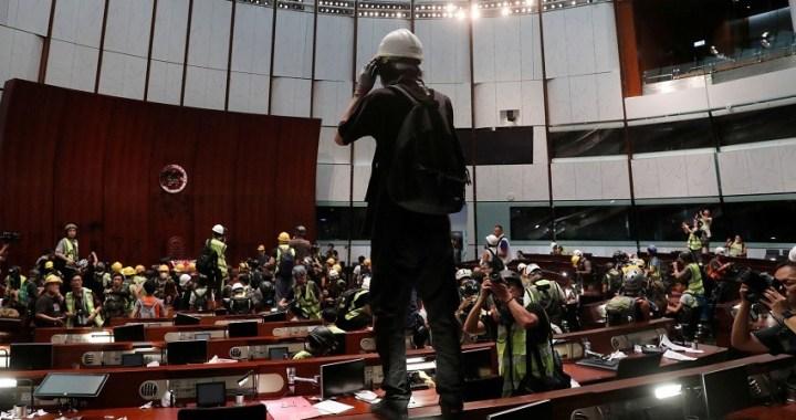 La tensión se eleva en Hong Kong con la toma por la fuerza del Parlamento
