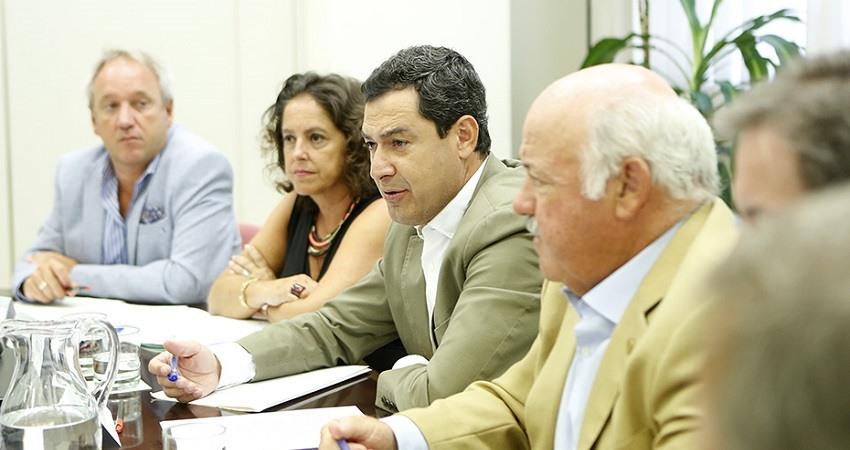 Juanma Moreno preside la reunion de la comisión de seguimiento del brote de listeriosis