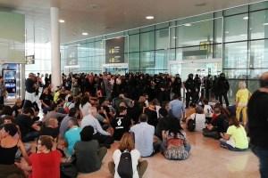 Miles de manifestantes independentistas bloquean los accesos al aeropuerto de Barcelona entre cargas policiales