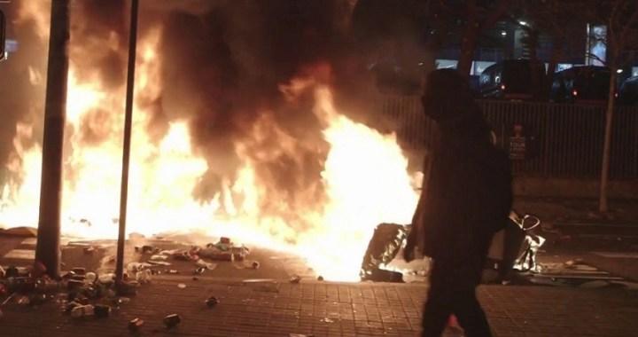 Violentos enfrentamientos cerca del Camp Nou mientras se celebraba el Clásico
