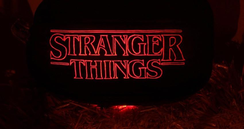 gorras de Stranger Things y todo el merchandising de series que triunfa en la actualidad