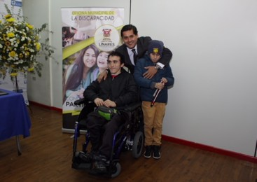 Linares: Alcalde Meza entregó implementos a estudiantes en situación de discapacidad