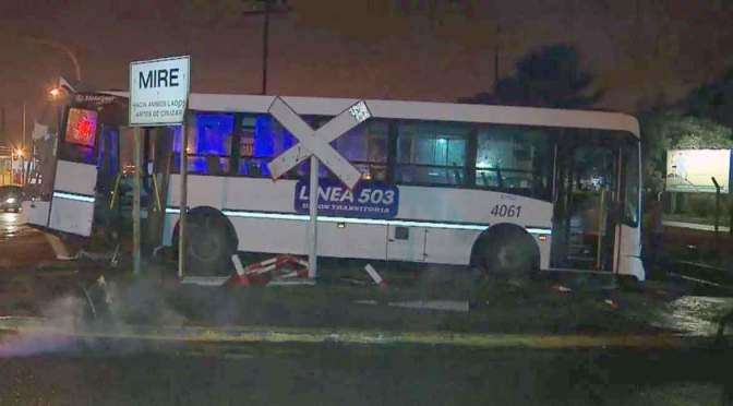 Un tren embiste a un colectivo de la línea 503 y fallecen dos personas en Ferrari