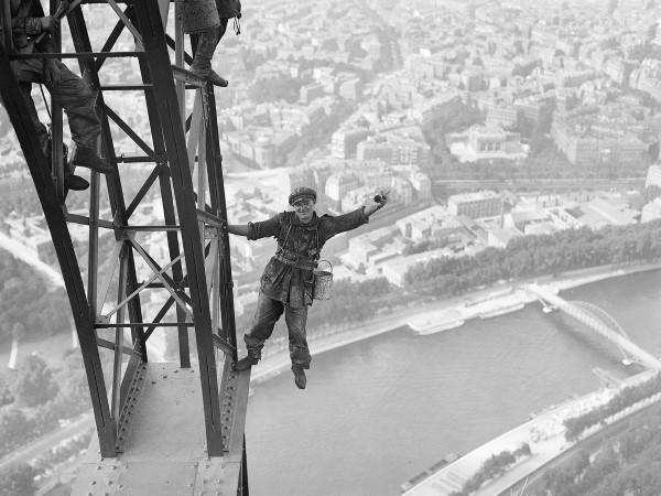 Operario durante a pintura da Torre Eiffel