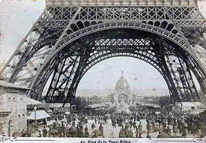Torre Eiffel Construção - Ao pé da Torre 1889