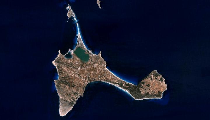 Hay algo que lleva a la felicidad Formentera. Imagen satelital