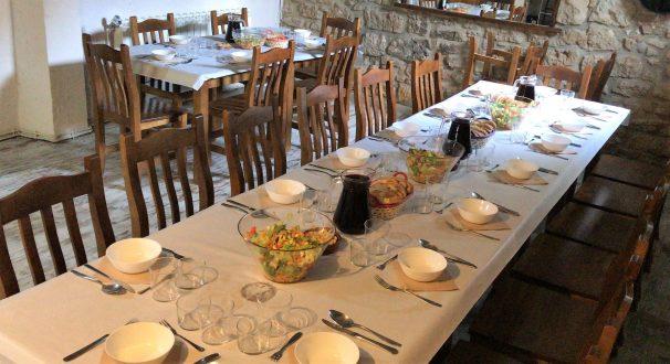 Atender, servir y cocinar. Albergue Casa Mágica. Camino de Santiago. Villatuerta. Navarra