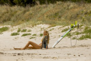 Nancy (Blake Livley) sonnt sich im Surferparadies © 2016 Sony Pictures Releasing GmbH