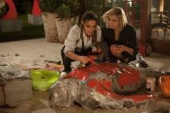 ©SquareOne/Universum Genesis (Lorenza Izzo) und Bel (Ana De Armas) lassen kunstvoll eine Leiche verschwinden