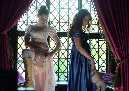 ©SquareOne/Universum Das Entscheidende nicht vergessen! Jane (Bella Heathcote) und Elizabeth (Lily James) legen ihre Waffen an.