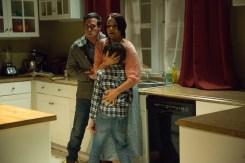 Ex-Polizist So & So (James Ransone), Courtney Collins (Shannyn Sossamon) und Dylan (Robert Sloan) erstarren vor Angst in der Küche. © Wild Bunch Germany