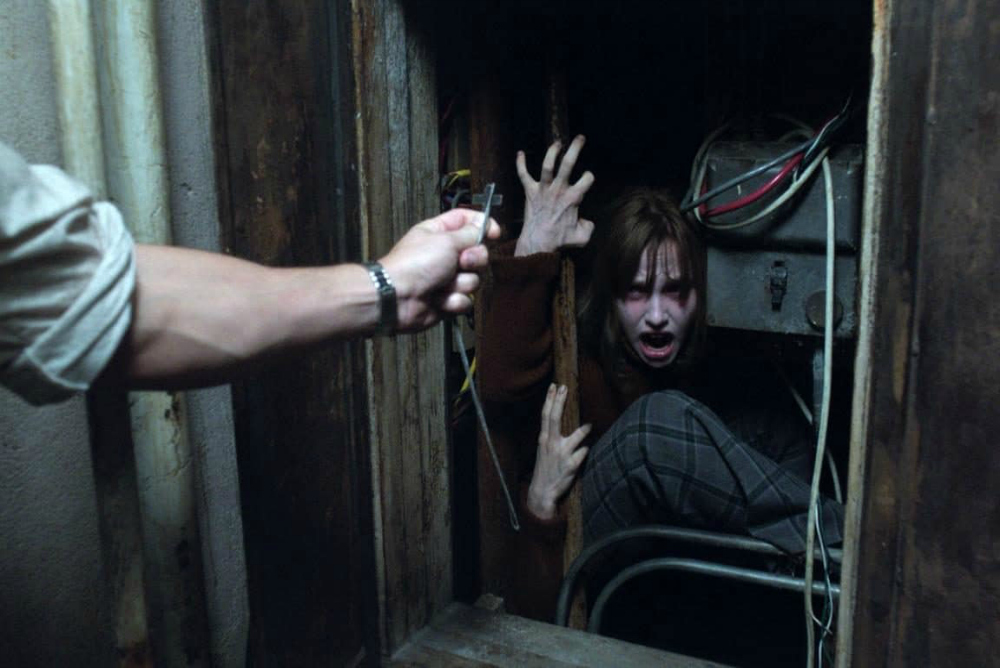 3-conjuring-2-janet-in-closet