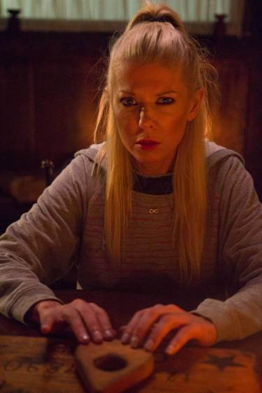 OUIJA HOUSE still 1 - Tara Reid plays the board